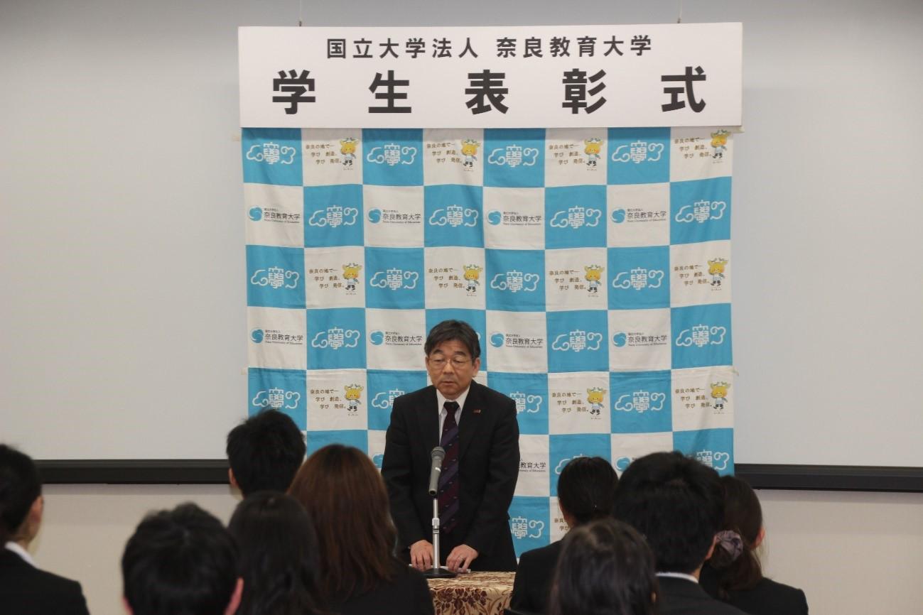 受賞者に祝辞を述べる加藤学長