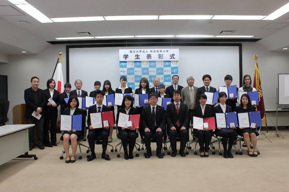加藤学長らと記念撮影する受賞者