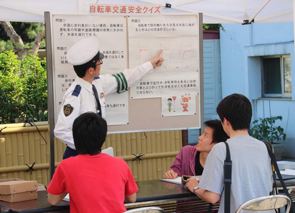 警察官から説明を受ける参加学性