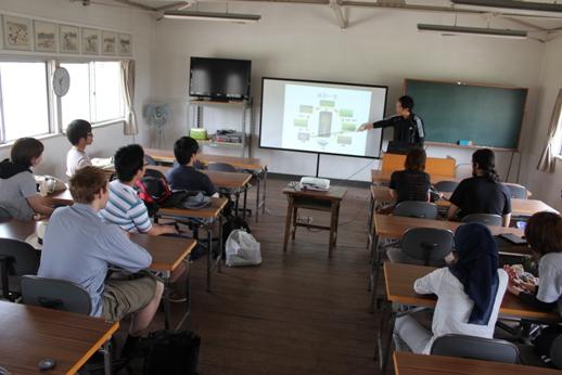 米作りについて箕作准教授から講義を受ける参加者