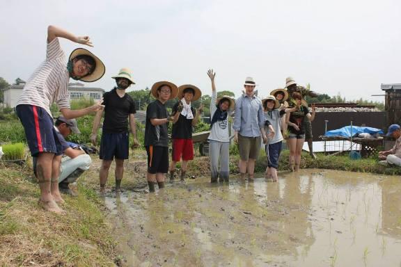 田植えを終え達成感に満たされた参加者たち
