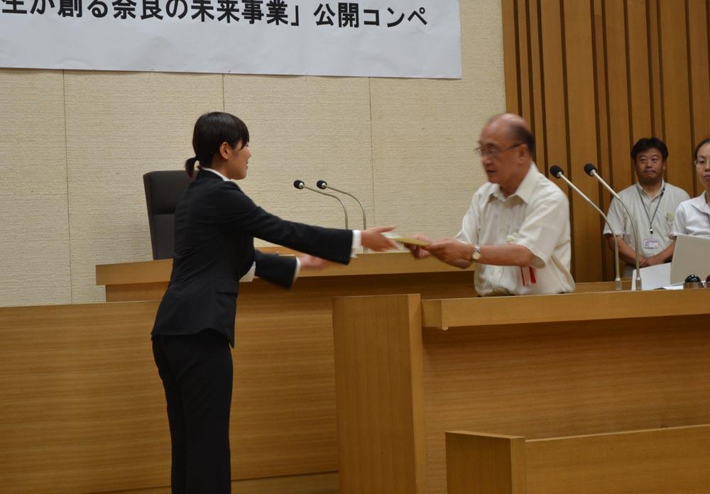 荒井知事から表彰状を受け取る荻さん