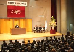 告示を述べる加藤久雄学長