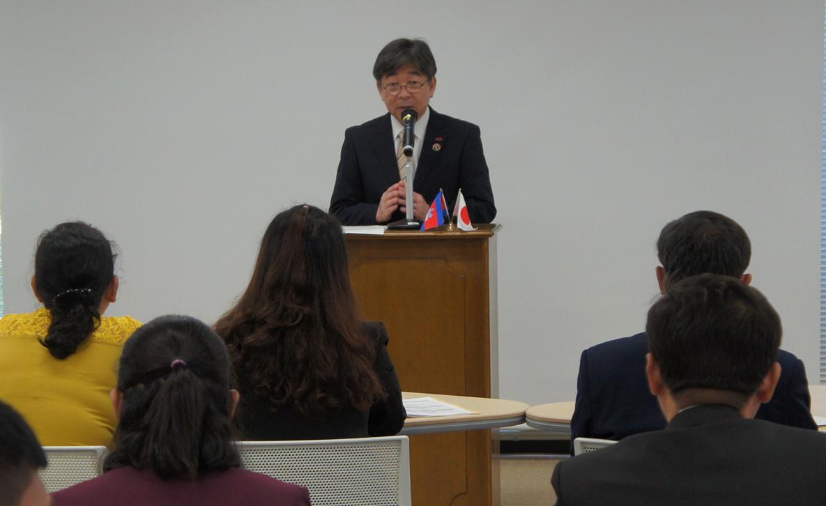 研修参加者を激励する加藤学長