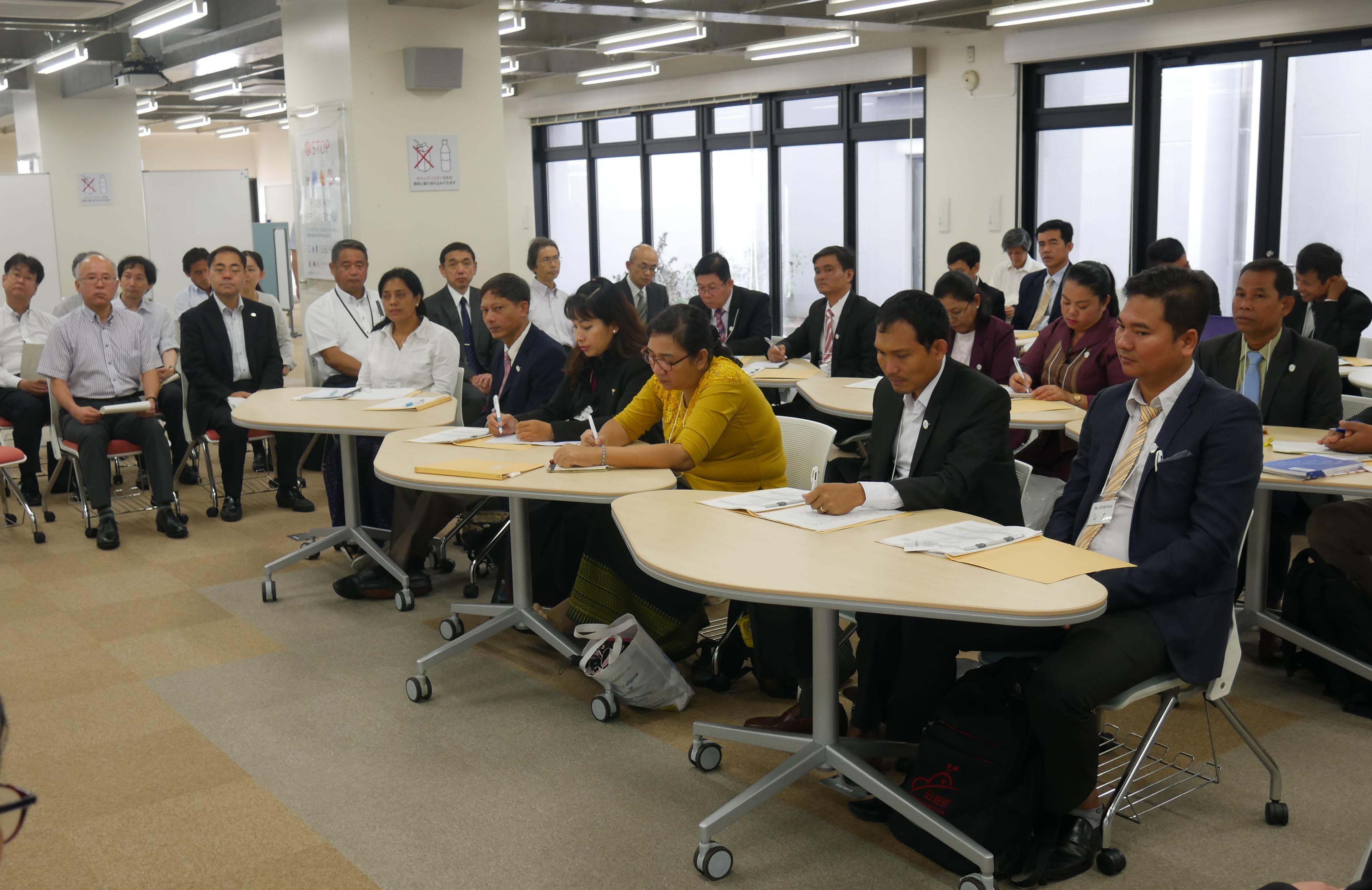 加藤学長の話に耳を傾ける研修参加者